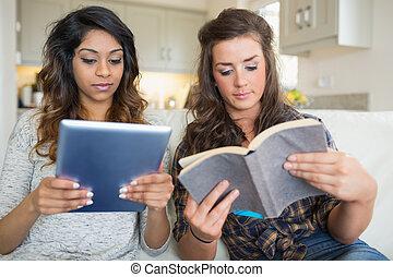 tablette, filles, informatique, tenue, livre lecture