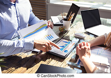 tablette, graphique, deux, businesspeople, analyser, numérique