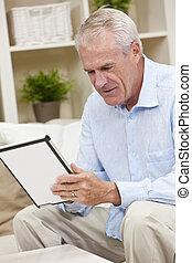 tablette, informatique, utilisation, maison, homme aîné
