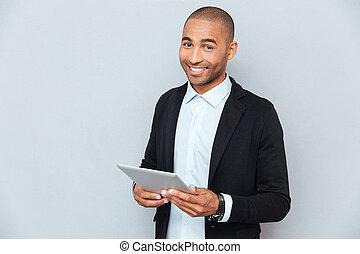 tablette, jeune, américain, africaine, utilisation, homme souriant, heureux