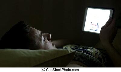 tablette, jeune, lit, informatique, nuit, homme