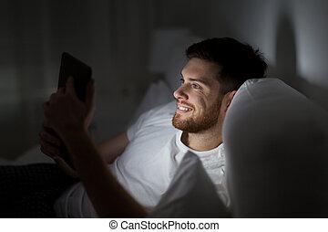 tablette, jeune, lit, pc, chambre à coucher, maison, homme