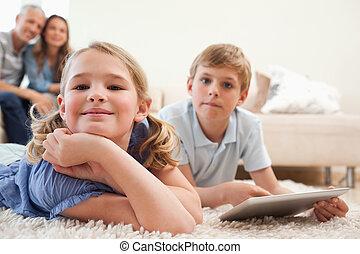 tablette, leur, heureux, fond, informatique, frères soeurs, utilisation, parents, salle de séjour
