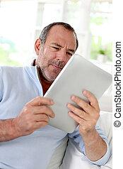 tablette, maison, utilisation, personne agee, électronique, homme