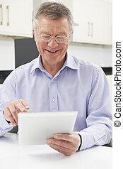 tablette, numérique, utilisation, maison, homme aîné