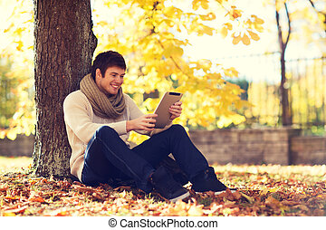 tablette, parc, jeune, automne, pc, homme souriant