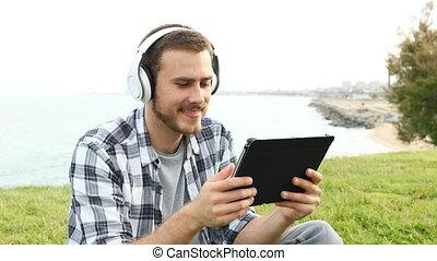 tablette, regarder, média, écouteurs, heureux, homme