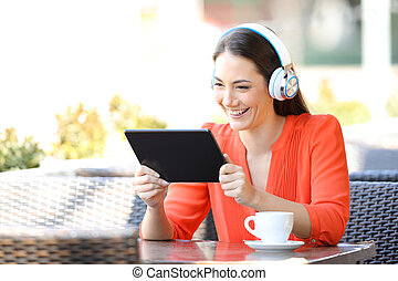 tablette, regarder, média, contenu, femme, heureux