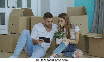 tablette, séance, reloction, couple, après, utilisation, jeune, leur, informatique, plancher, maison, nouveau
