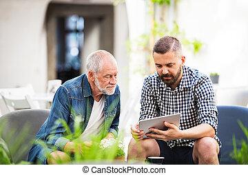 tablette, town., père, fils, hipster, adulte, personne agee, café