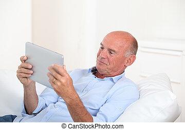 tablette, utilisation, maison, personne agee, électronique, homme