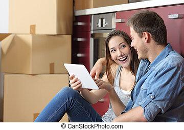 tablette, vérification, couple, contenu, en mouvement, ligne, maison