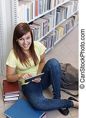 tabliczka, biblioteka, student, cyfrowy, używając, szczęśliwy
