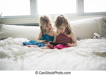 tabliczka, dziewczyny, dwa, łóżko, closeup, portret, używając, leżący