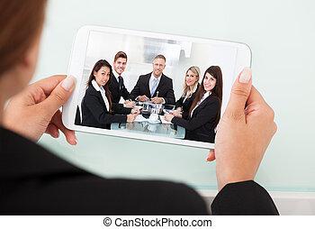 tabliczka, kobieta interesu, palcowy video, drużyna, conferencing