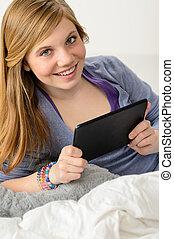 tabliczka, młody, cyfrowy, używając, dziewczyna, szczęśliwy