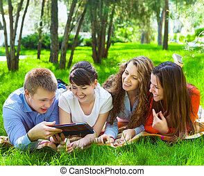tabliczka, młody, komputer, studenci, używając, kolegium