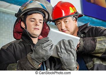 tabliczka, ogień, firefighters, stacja, cyfrowy, używając, samiec