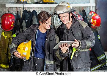 tabliczka, ogień, firefighters, stacja, cyfrowy, używając
