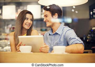 tabliczka, para, flirtując, cyfrowy, używając, kawiarnia