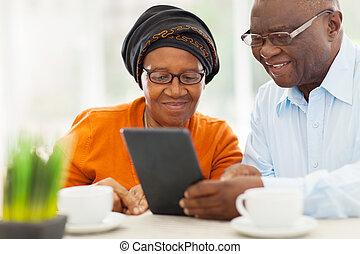 tabliczka, para, starszy, komputer, afrykanin, używając