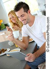 tabliczka, posiedzenie, młody, dom, człowiek, kuchnia