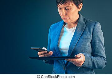 tabliczka, ruchomy, kobieta interesu, telefon, komputer, używając