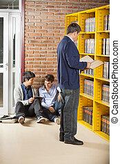 tabliczka, studenci, li, znowu, książka, bibliotekarz, cyfrowy, używając, czytanie
