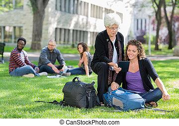 tabliczka, studenci, uniwersytet, samica, cyfrowy, używając, campus