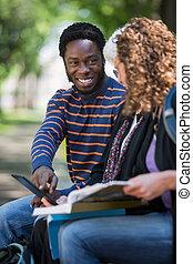tabliczka, student, cyfrowy, używając, przyjaciele, campus