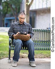 tabliczka, uniwersytecki student, cyfrowy, używając, campus