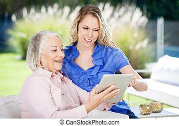tabliczka, wnuczka, babcia, cyfrowy, używając, szczęśliwy