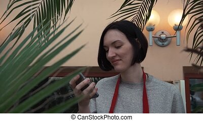 tablier, smartphone, orangery., jeune, utilisation, portrait, girl, rouges