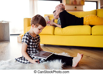 tabuleta, chão, dentro, pequeno, usando, menina, home.