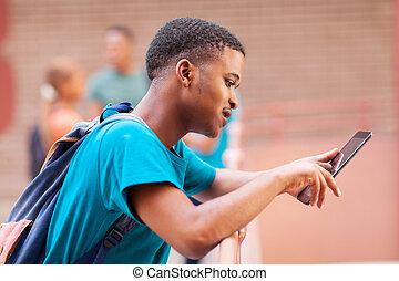 tabuleta, computador, estudante universitário, africano, usando, macho