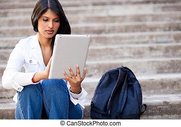 tabuleta, computador, estudante universitário, ao ar livre, usando