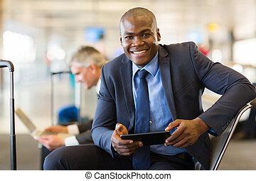 tabuleta, computador negócio, africano, usando, viajante
