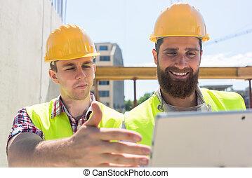 tabuleta, comunicar, trabalhadores, observar, jovem, dois, pc, vídeo, online, através, ou