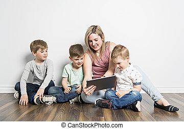 tabuleta, dela, sentando, chão, meninas, mãe, digital, usando