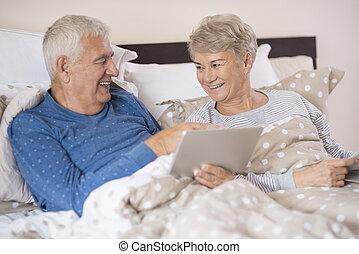 tabuleta, junto, casamento, usando, sênior, alegre