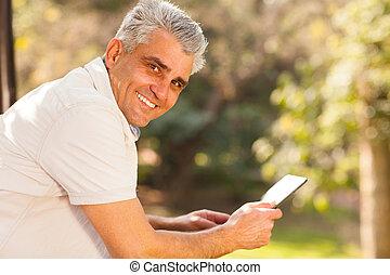 tabuleta, meio, computador, segurando, ao ar livre, envelhecido, homem