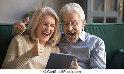 tabuleta, mostrar, par, cima, olhar, polegares, digital, sênior, excitado