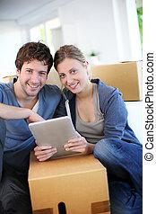 tabuleta, par, jovem, achar, usando, companhia, transporte