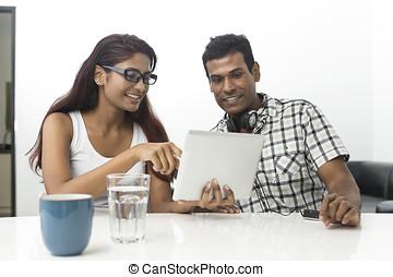 tabuleta, par, jovem, indianas, digital, usando