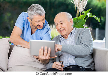 tabuleta, sênior, enquanto, computador, usando, sorrindo, macho, enfermeira, homem