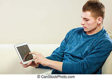 tabuleta, sentando, jovem, sofá, homem digital