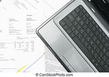 tafel, draagbare computer, papier, rekeningen