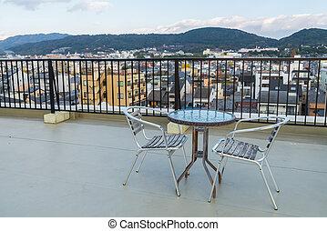 Stoelen bovenzijde dak terras buitenkant tafel