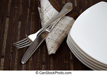 tafel, opmaak, met, tableware, en, een, servet, op, donkere achtergrond