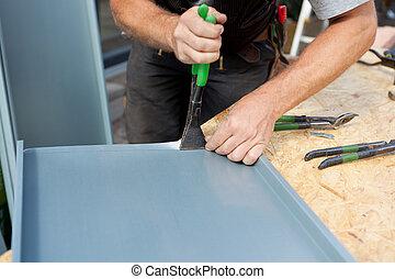 tagdækker, folde, en, metal, lagen, bruge, specielle, pliers